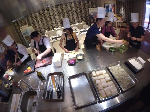 Funcionários de agências de turismo de Pequim durante aula de culinária brasileira