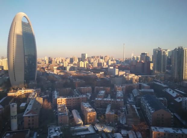 Vista da mesma janela, na semana passada, mostra céu azul e diversos prédios